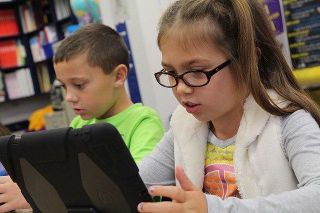 Lapset käyttävät iPadia
