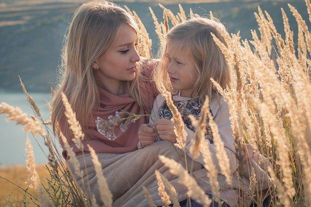 Äiti ja tyttö viettää vapaa-aikaa ulkona